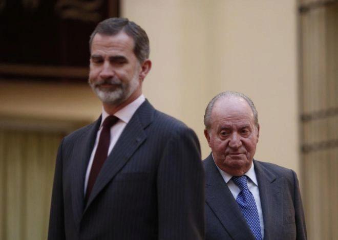 Felipe VI y Juan Carlos I, en la audiencia celebrada este lunes en el...