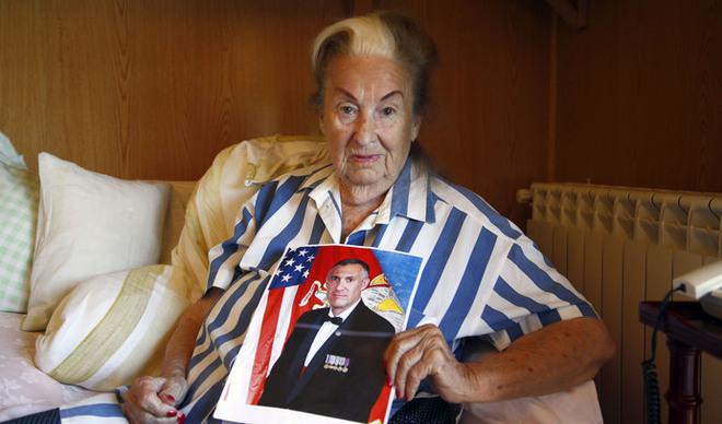 Mary Díaz Urosa con una imagen de su nieto, Manuel, al que acusó de estafa.