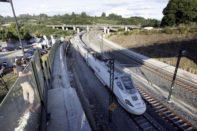 Un tren Alvia pasando por la curva de Angrois donde descarriló el tren.
