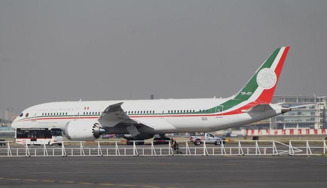 Vista general del avión presidencial que  Andrés Manuel López Obrador pondrá a la venta.