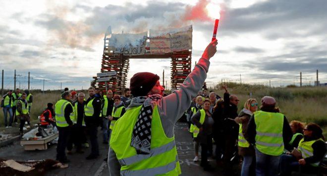 Manifestantes bloquean el acceso a una refinería de petróleo en Frontignan.