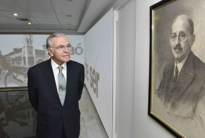 Fainé, presidente de la Fundación Bancaria La Caixa, junto a un retrato de Francesc Moragas