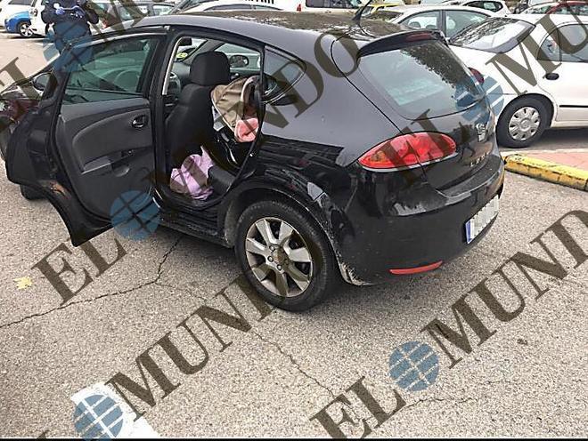 El coche robado en Collado Villalba, ayer, estacionado en Fuenlabrada con la sillita en la parte posterior.