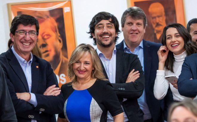 El candidato de Ciudadanos, Juan Marín, junto a su equipo y la portavoz nacional, Inés Arrimadas, tras la reunión del Comité Nacional en Sevilla.