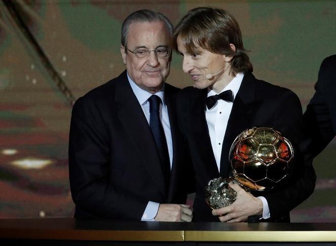 Luka Modric y Florentino Pérez, durante la gala del Balón de Oro.