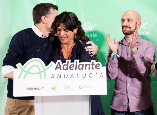Antonio Maíllo se abraza a Teresa Rodríguez la noche del 2D, tras conocer los resultados.