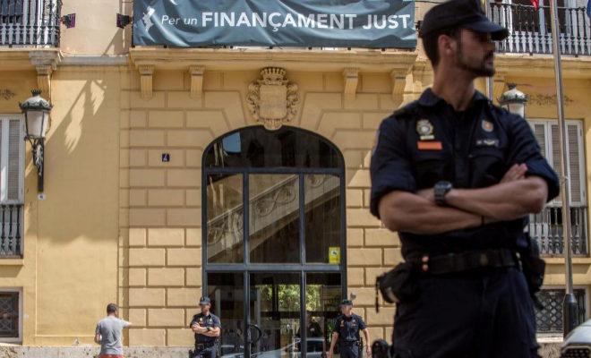 La Policía Nacional custodia la Diputación de Valencia, el día de la detención del expresidente de la corporación, Jorge Rodríguez, en junio.