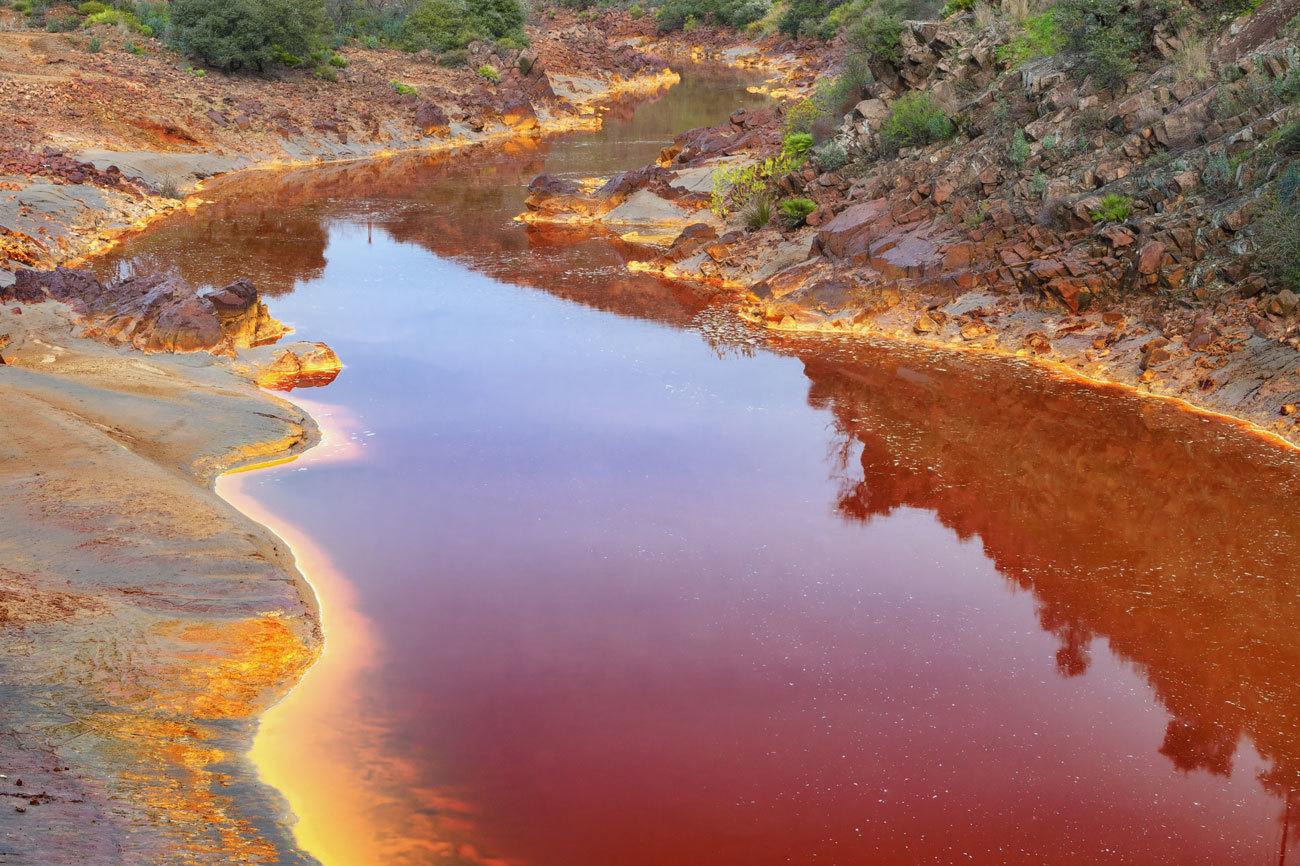 El Río Tinto, en Huelva, debe su nombre al color de sus aguas,...