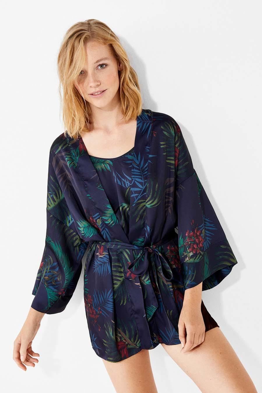 Bata kimono estampada en tonos azules y verdes (19,99 euros).