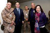 La ministra de Defensa, Margarita Robles, junto al secretario de...