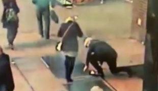 En el vídeo difundido por la policía se ve cómo el anillo cae a la...