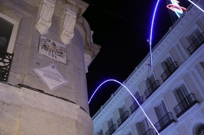 La placa en homenaje al 15-M, instalada desde este martes en la Puerta del Sol.