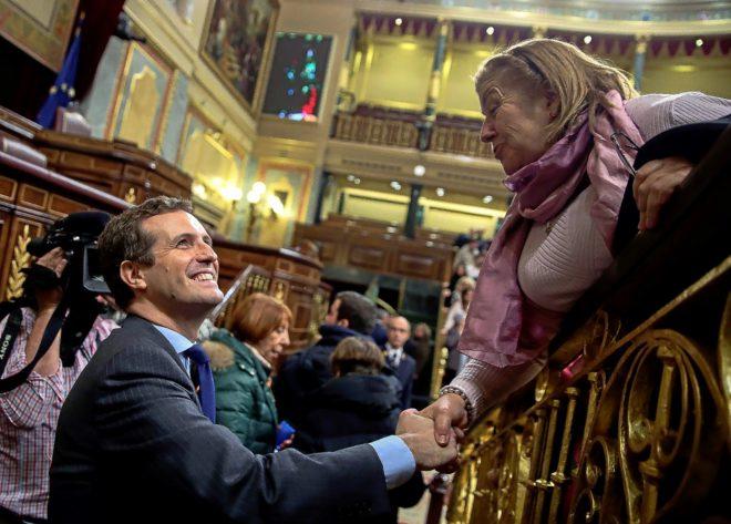Pablo Casado saluda a una asistente a la jornada de puertas abiertas...