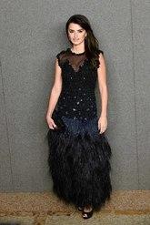 Penélope posó, espectacular, con un vestido negro con falda de...