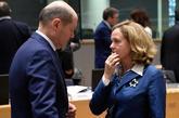 La ministra de Economía, Nadia Calviño, conversa con el titular...