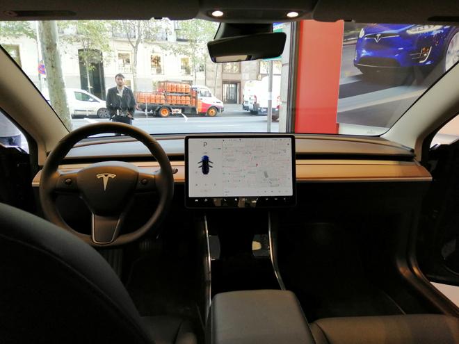 Interior del Tesla Model 3 en la tienda de Serrano 3 en Madrid.