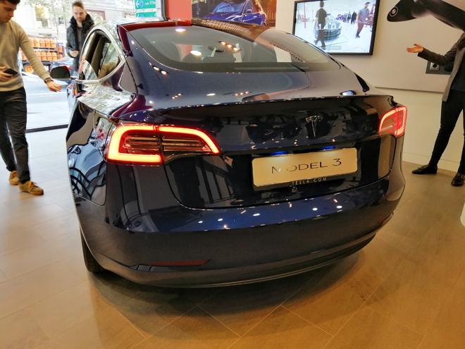 Trasera del Tesla model 3 en la tienda de Serrano 3 de Madrid.