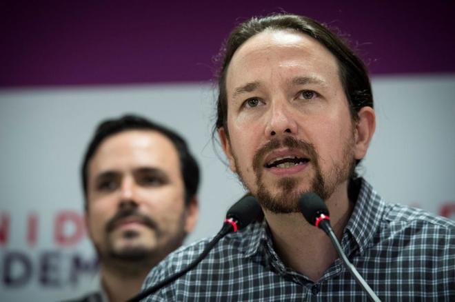 Pablo Iglesias, junto a Alberto Garzón, en rueda de prensa para...