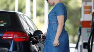 Una mujer reposta combustible en una gasolinera de Madrid.