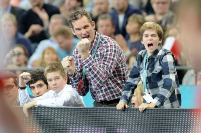 Urdangarin disfrutando de la final del Mundial de Balomnano junto a sus hijos, Juan (sentado) y Pablo Nicolás, a su lado. GTRES