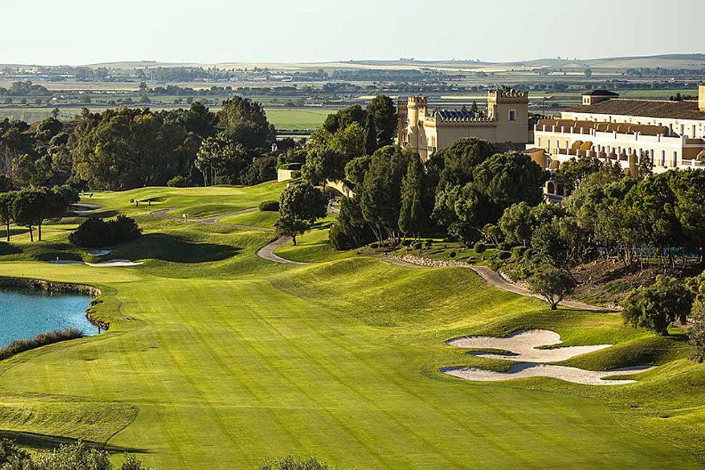 Un espectacular campo de golf con 18 hoyos, estadios de fútbol...