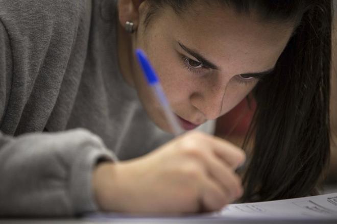 Una joven, realizando un examen en Valencia en 2018.