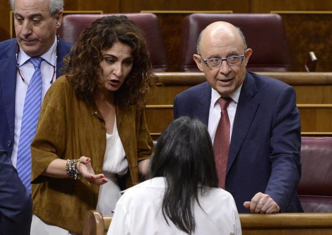 La ministra de Hacienda María Jesús Montero y el ex ministro Cristóbal Montoro.