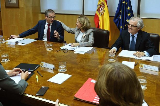 La ministra de Economía y Empresa, Nadia Calviño, junto con el gobernador del Banco de España, Pablo Hernández de Cos (izquierda) y el presidente de la Comisión Nacional del Mercado de Valores,Sebastián Albella (derecha).