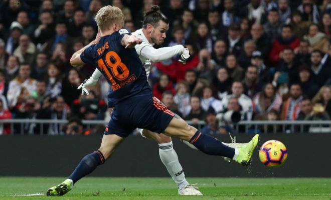 Bale dispara ante Wass, durante el reciente partido contra el Valencia.