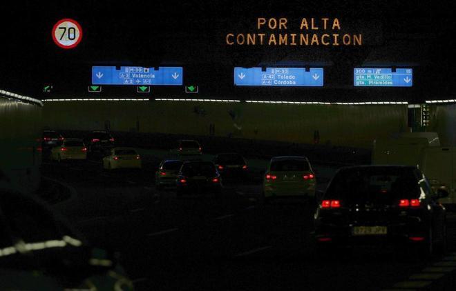 Aviso luminoso por alta contaminación en Madrid.