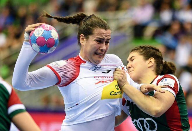 Ainhoa Hernandez, en acción ante Petra Tovizi en el partido entre España y hungría.