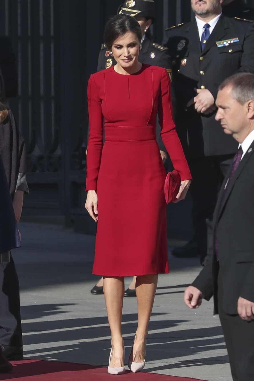 En esta mañana de jueves, la Reina Letizia ha apostado por un vestido...