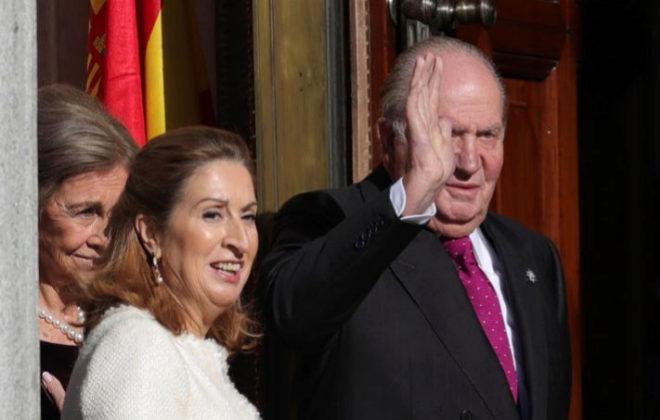 La presidenta del Congreso, Ana Pastor, junto al Rey emérito Don Juan...