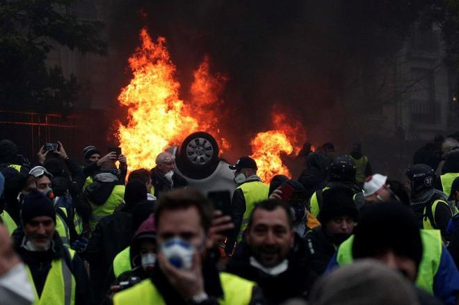 Manifestantes con chalecos amarillos se enfrentan a la policía en París.
