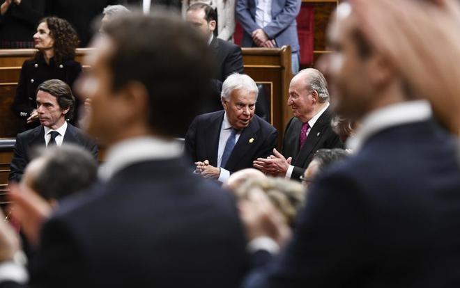 El ex presidente del Gobierno, Felipe González, y el Rey Don Juan Carlos conversan durante los actos conmemorativos de la Constitución