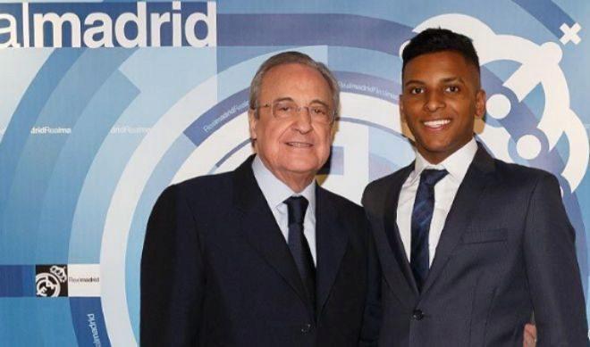 Rodrygo, junto a Florentino Pérez, en el palco del Bernabéu.