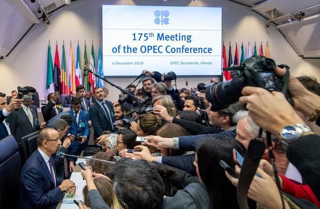 El ministro de Energía de Arabia Saudí, Khalid al-Falih, con la prensa en la reunión de la OPEP.
