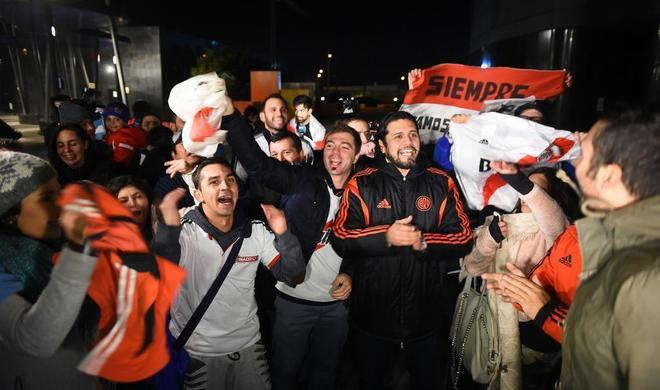 Aficionados reciben a su llegada a Madrid a la expedición del River Plate.