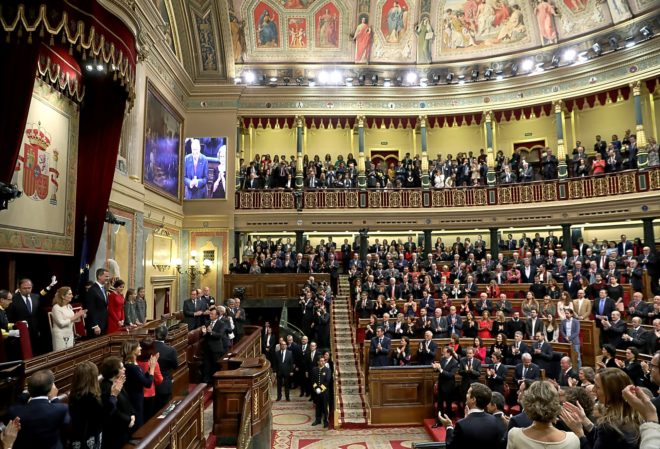 El Hemiciclo aplaude en pie durante los actos por el 40 aniversario de la Constitución