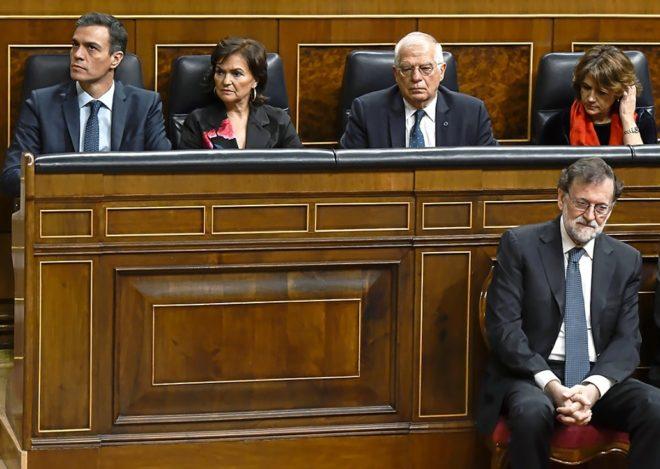 El presidente del Gobierno, Pedro Sánchez, junto a sus ministros...