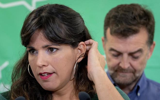 La coordinadora de Podemos, Teresa Rodríguez, junto al coordinador...