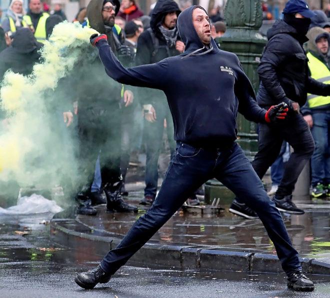 Un manifestante se enfrenta a la policía durante la protesta.