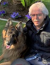 Xavier Gabriel, con su perro, en Sort, donde abrió su administración...