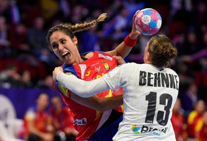 Mireya Gonzalez lanza a portería con la oposición de Behnke.