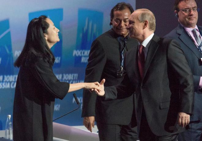 Sabrina Meng Wanzhou, CFO de Huawei, saluda a Vladimir Putin, presidente de Rusia.