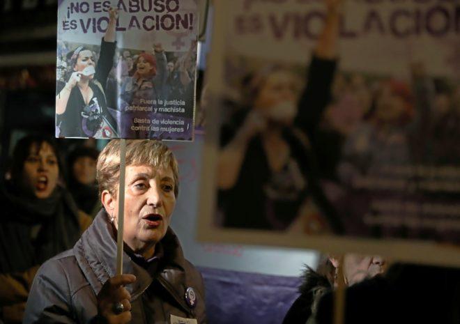 Una mujer se manifiesta, el miércoles en Madrid, contra le decisión...
