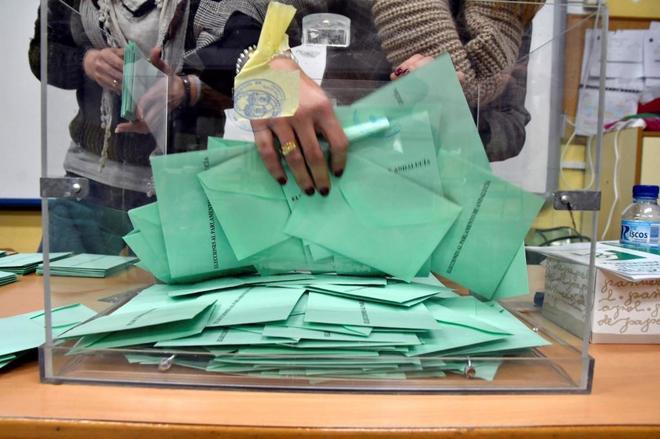 Una de las urnas del colegio Ciavieja, en el municipio almeriense de...