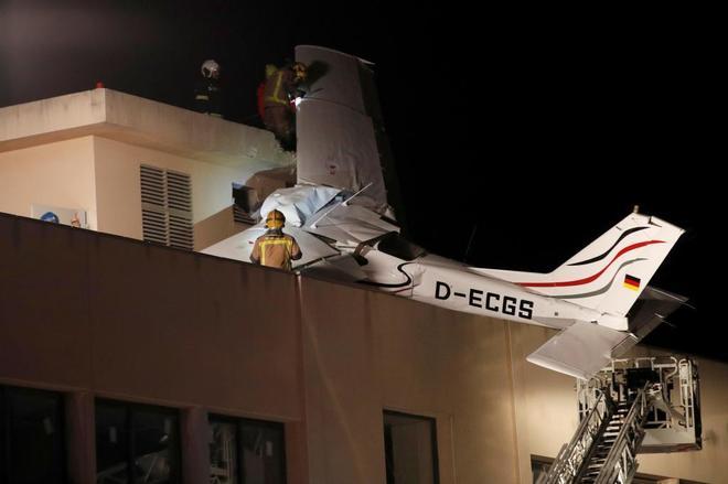 La avioneta accidentada en lo alto de una gasolinera.