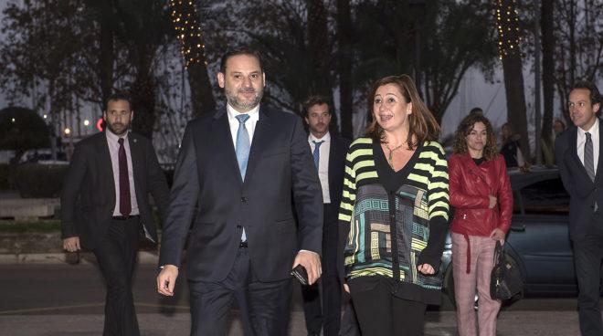 El ministro de Fomento, José Luis Ábalos, y la presidenta balear Francina Armengol, llegando ayer al Consolat de Mar, con Rosario Sánchez y Marc Pons detrás.