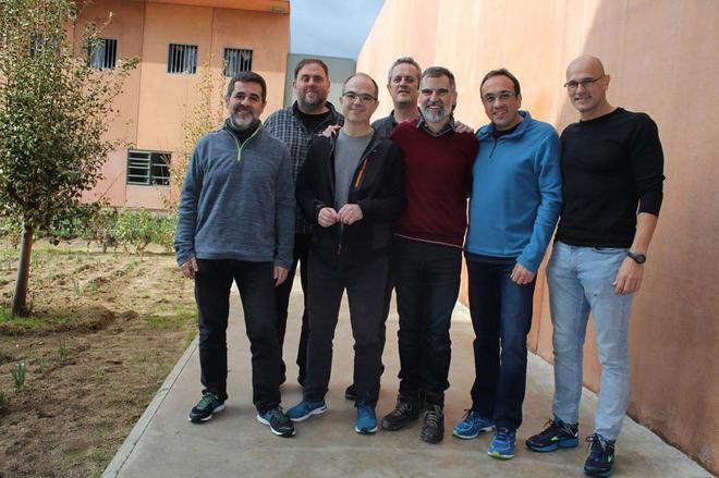De izqda. a dcha., Jordi Sànchez, Oriol Junqueras, Jordi Turull, Joaquim Forn, Jodri Cuixart, Josep Rull y Raül Romeva, en la cárcel de Lledoners (Barcelona).